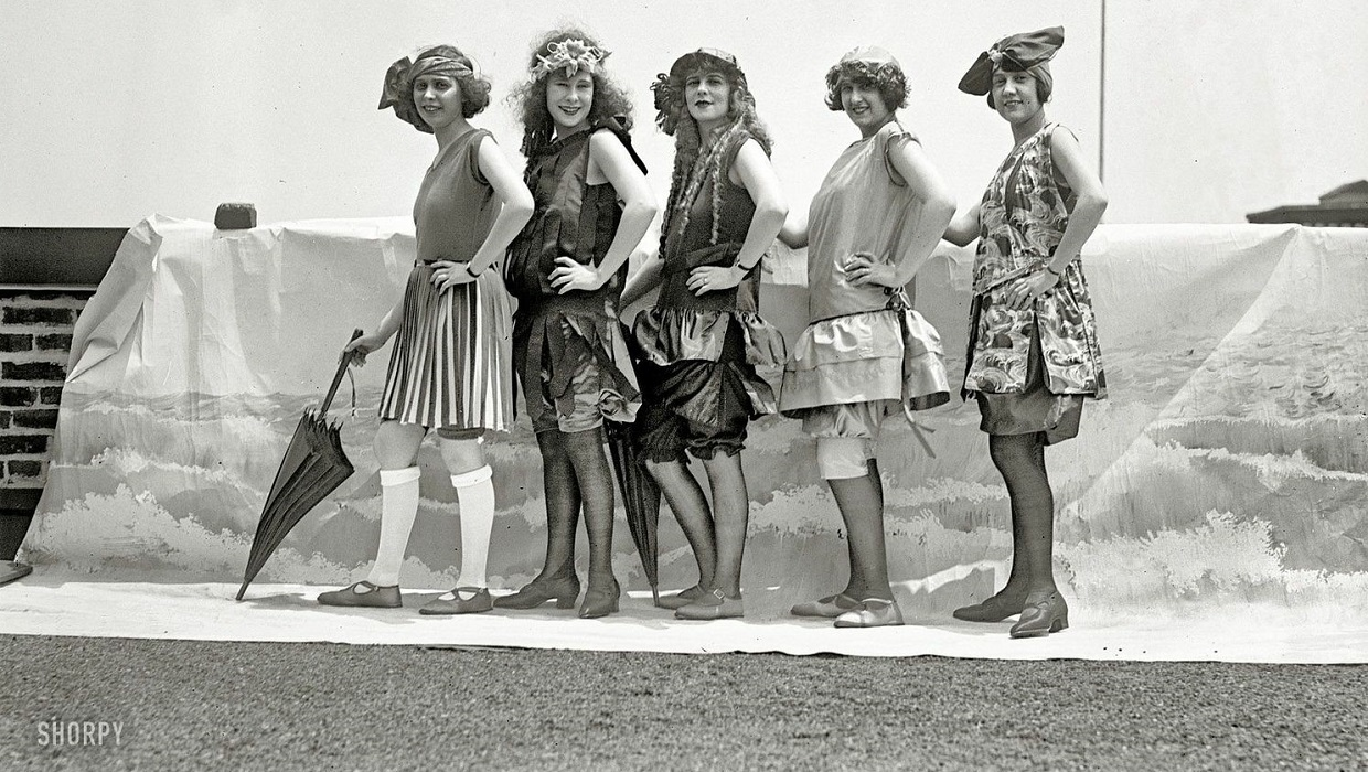 contestants in 1920s bathing beauties competition